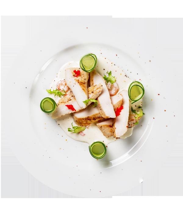 Куриное филе с креветками под сливочным соусом и слайсами из огурца