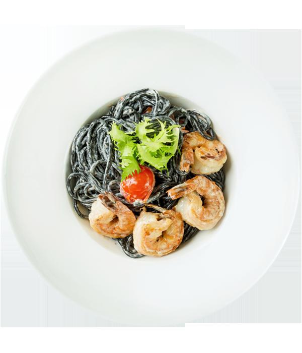 Чёрные спагетти с креветками, черри и сливочным соусом