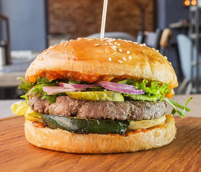 Бургер с пикантной говядиной и тминным соусом
