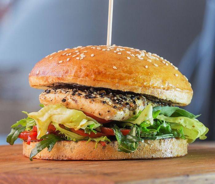 Бургер вегетарианский с сыром тофу и вялеными томатами