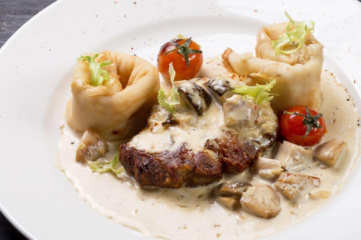 Свинина с домашними блинами и сливочным соусом из лесных грибов