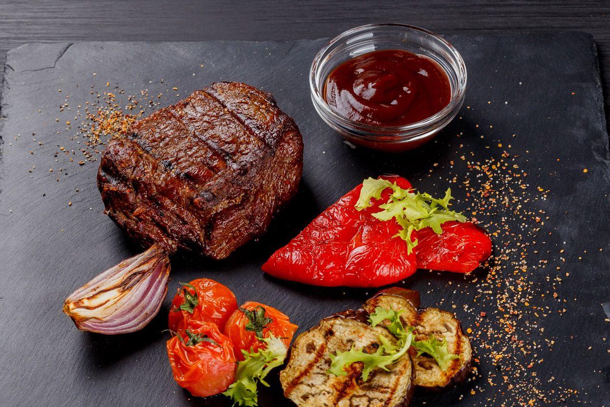 Стейк из говядины с печёными овощами