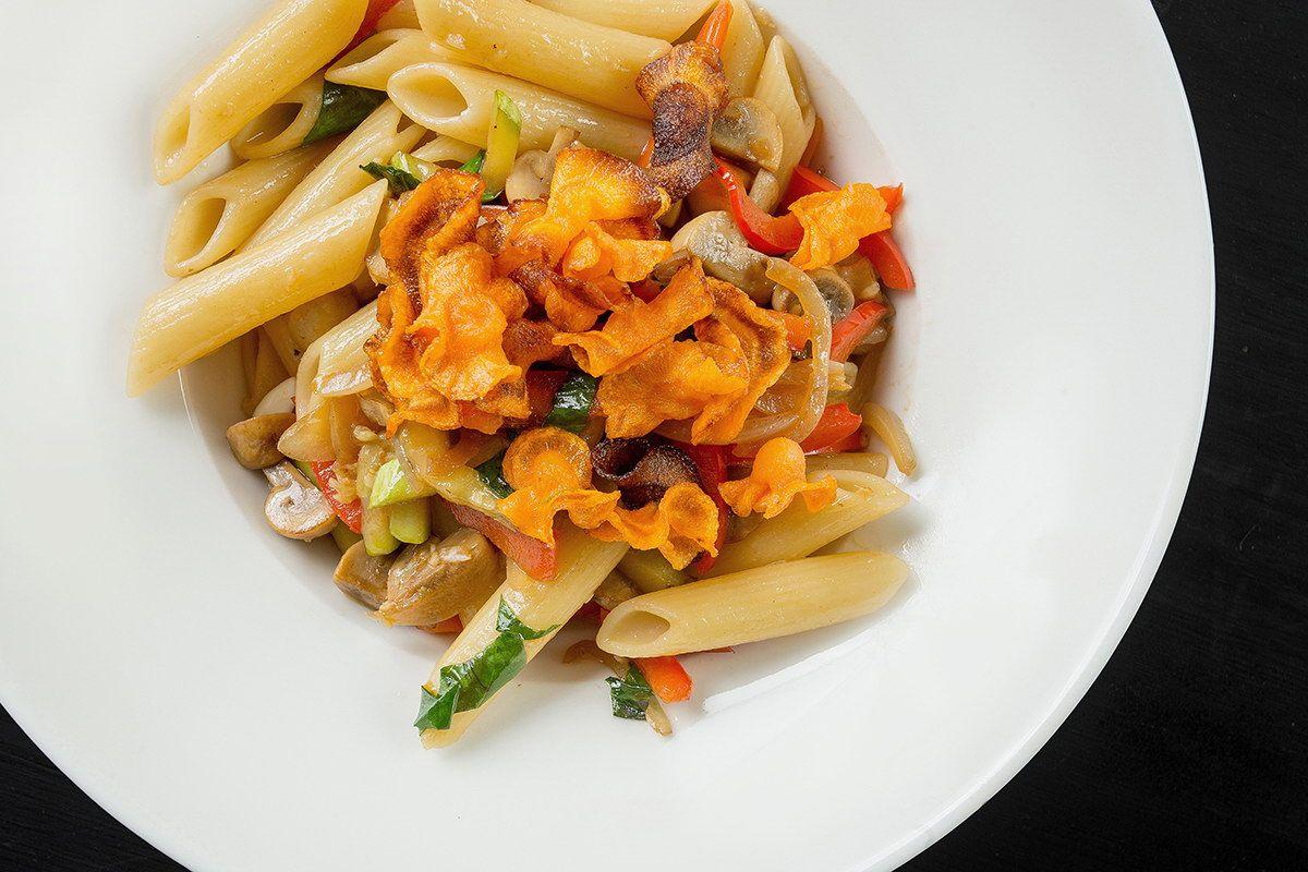 Пенне с овощами в белом вине и чипсами из моркови