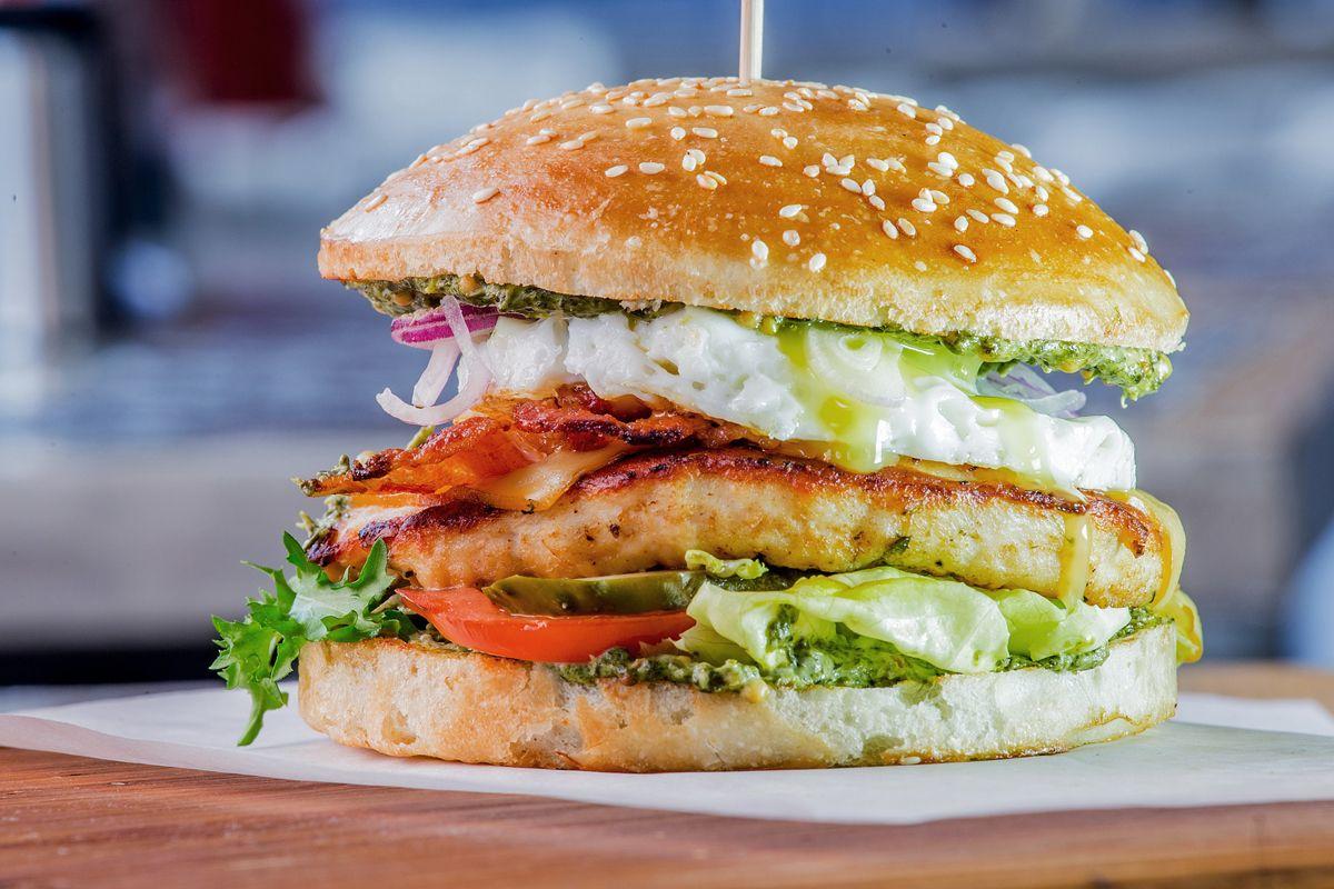Бургер с цыпленком и шпинатным соусом
