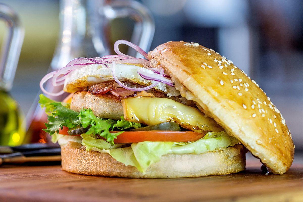 Бургер с цыпленком и яблочным соусом