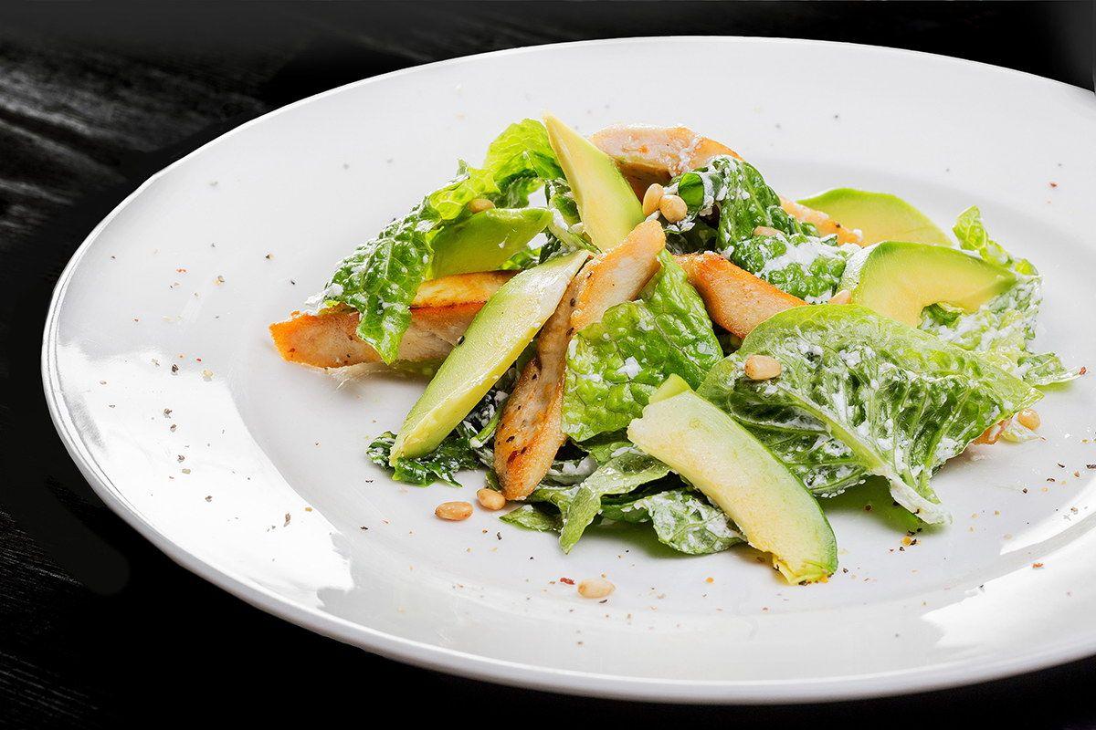Салат из курицы, авокадо с кедровыми орешками и заправкой из сыра креметт