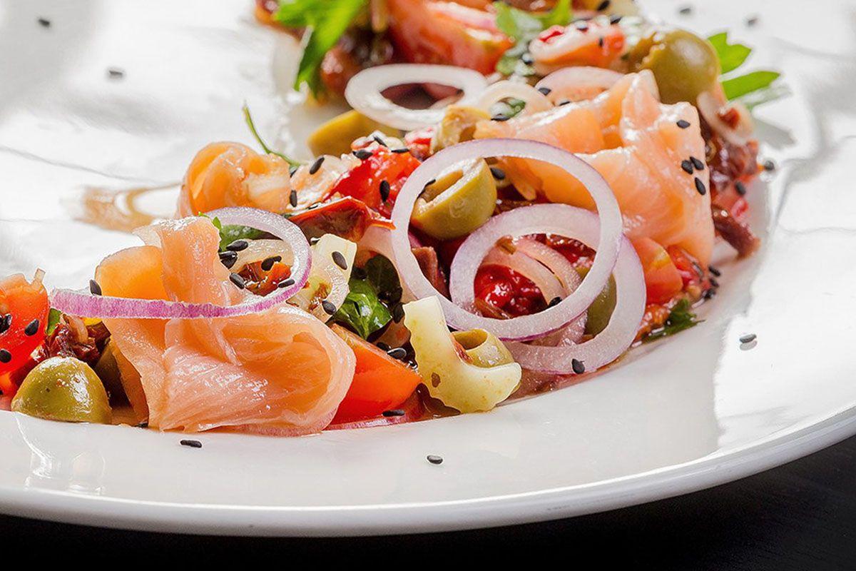 Салат из овощей с копчёным лососем и чёрным кунжутом