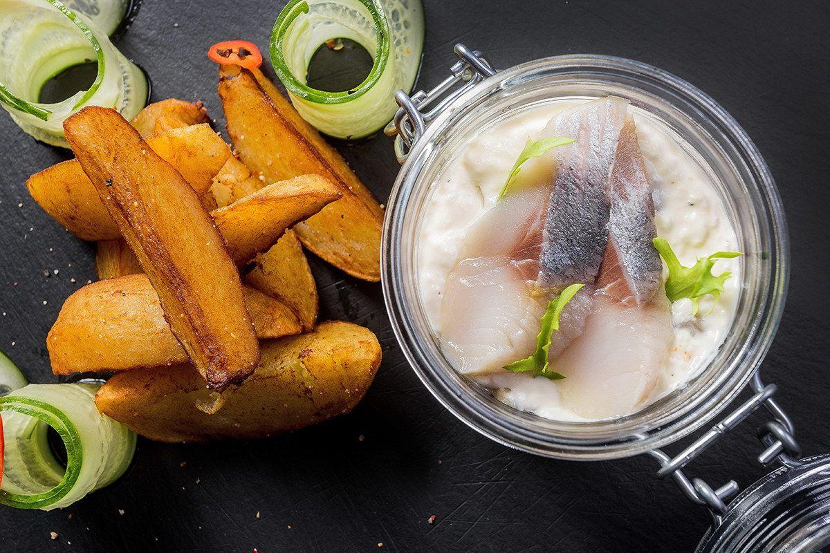 Сельдь по-шведски с теплым картофелем и лапшой из огурца