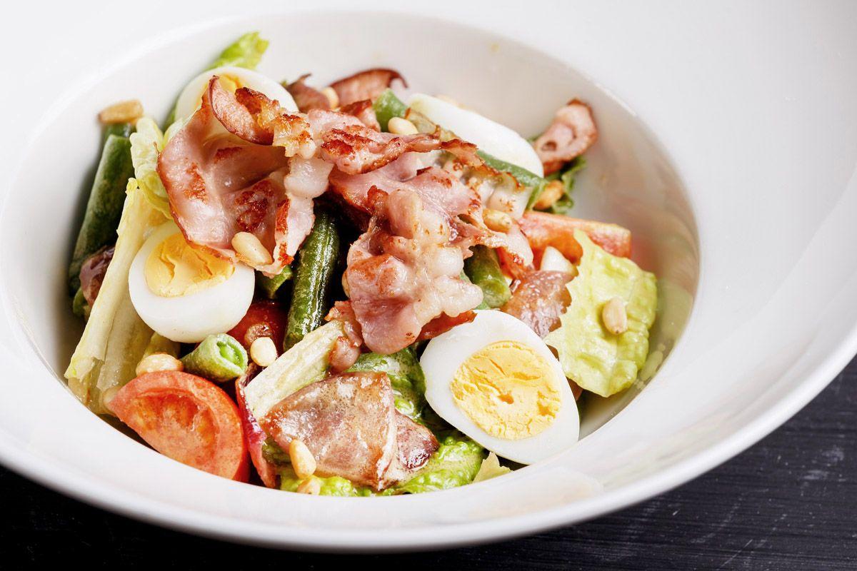 Салат со спаржевой фасолью, беконом и печеным красным луком
