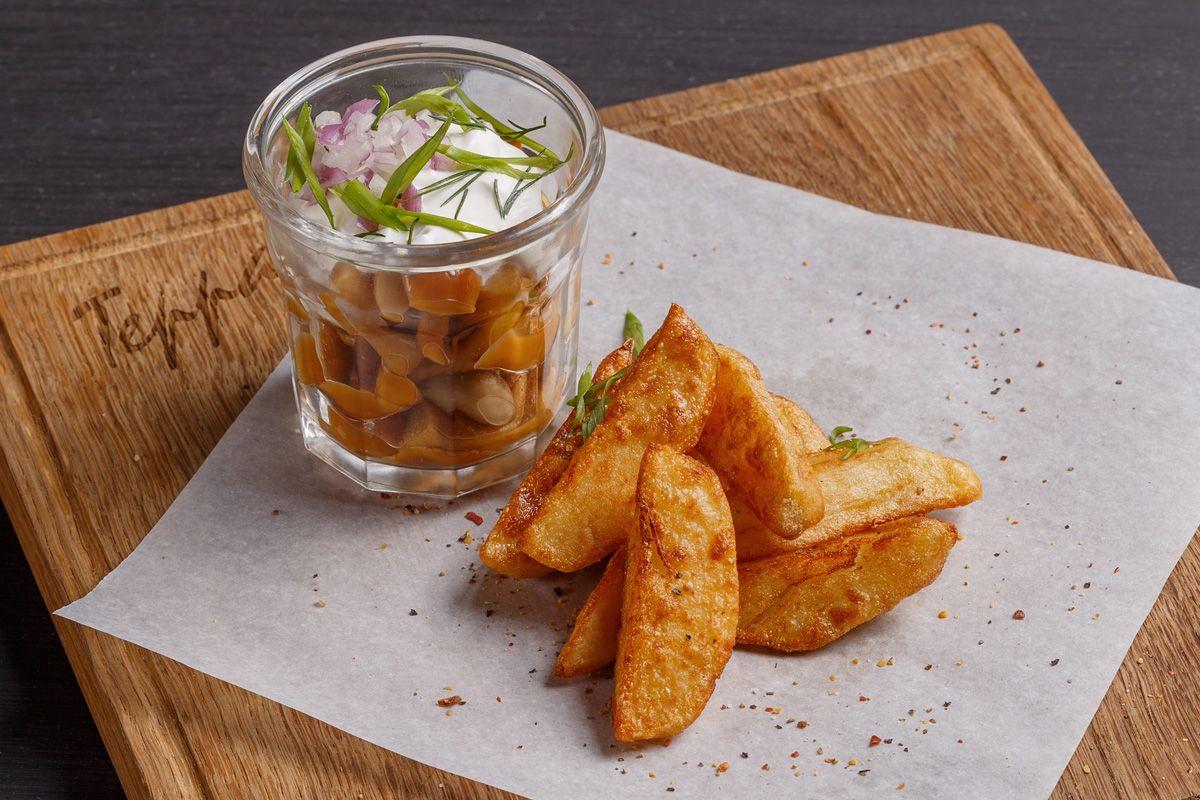 Микс из маринованных грибов со сметаной и теплым картофелем