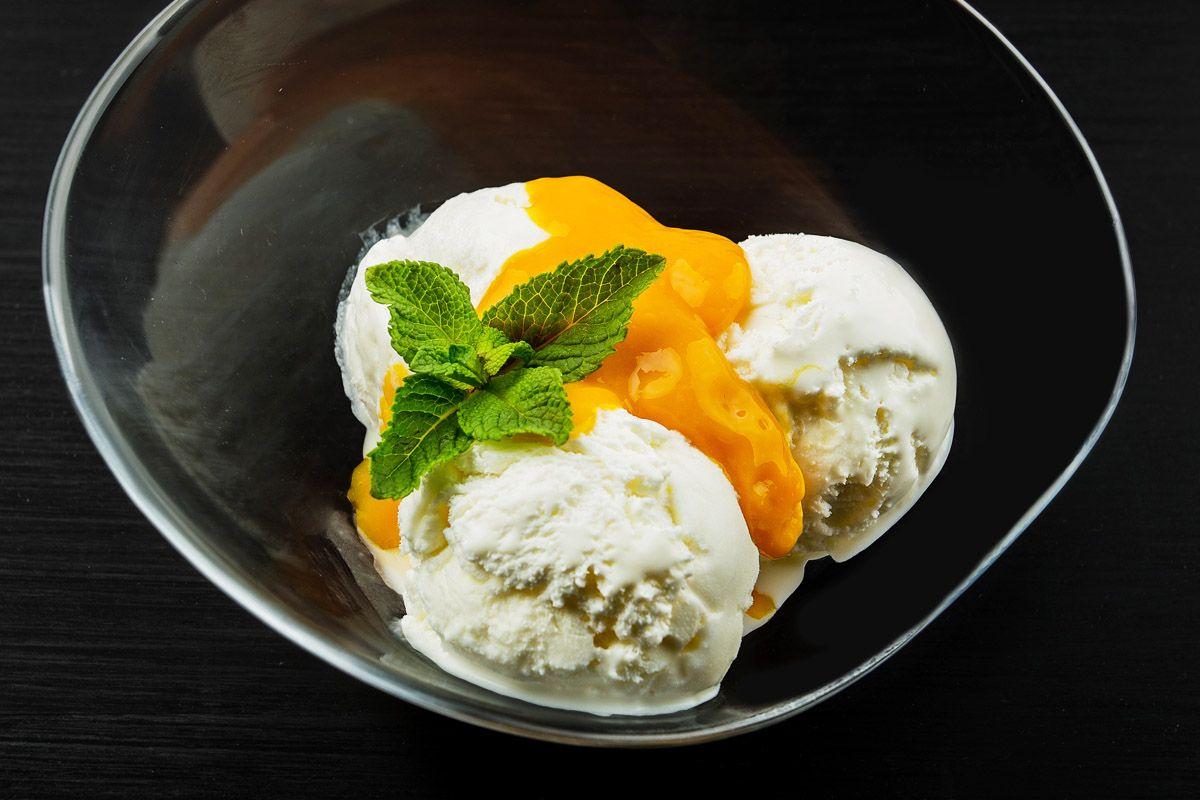 Мороженое с соусом из свежего манго