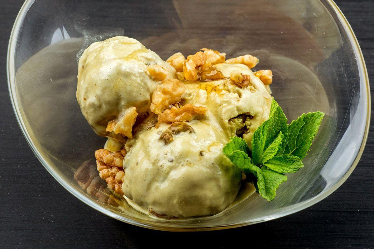 Ромовое мороженое с изюмом, грецкими орехами и кленовым сиропом