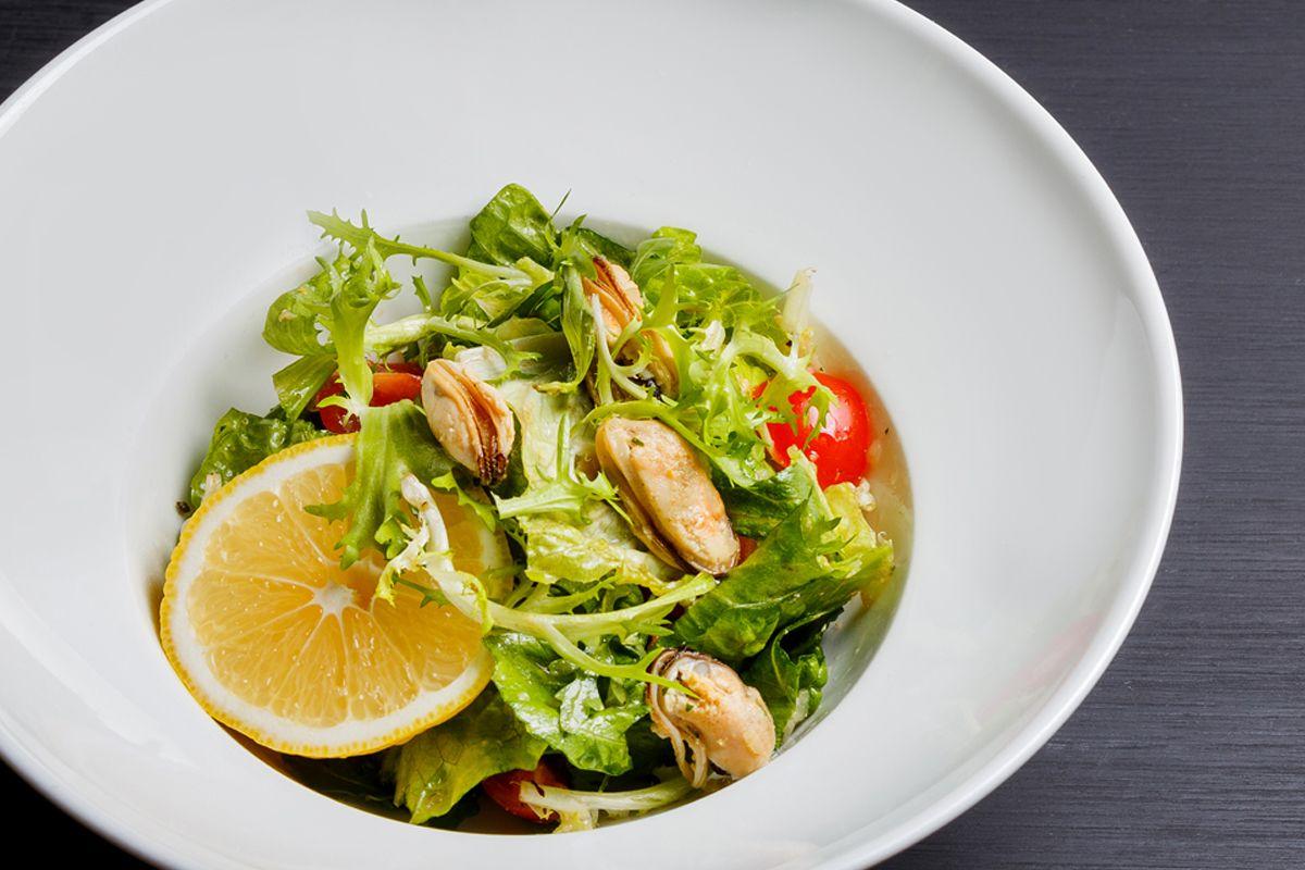 Легкий салат с мидиями в винном маринаде